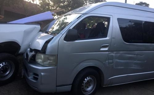 Choca camioneta que transportaba reporteros que cubren a AMLO