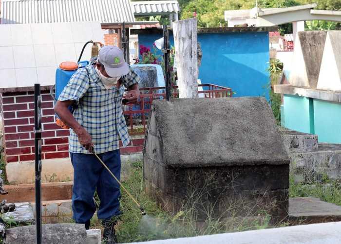Inician labores de fumigación en el Panteón Municipal de Chiltepec