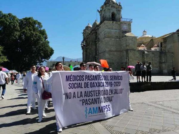 Protestan médicos de pasantes contra recortes en el sector salud en Oaxaca