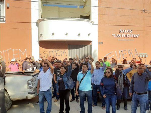 Impide Sección 22, reunión del SITEM en Oaxaca