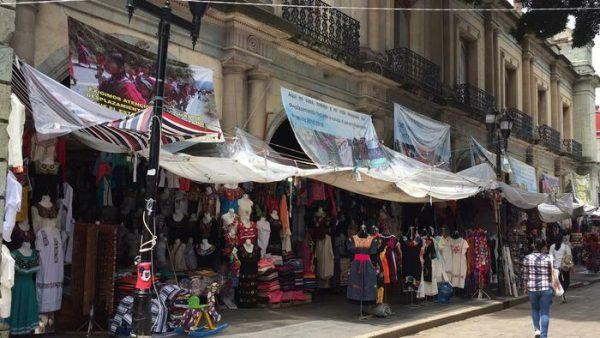 40 familias Triquis apostadas en palacio de gobierno; en platicas para ser reubicadas