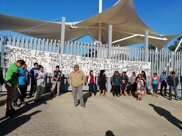Habitantes de Santiago Xanica revientan contra su presidente municipal, aseguran que les niega y condiciona los recursos económicos