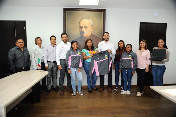Entrega IEEPO uniformes y equipo de cómputo a la Escuela Normal Rural Vanguardia de Tamazulápam