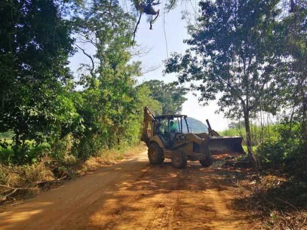 Continúa mantenimiento del camino real en Chiltepec