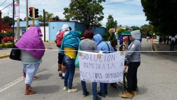 Maestros de Educación Física bloquean Calzada de la República en Oaxaca