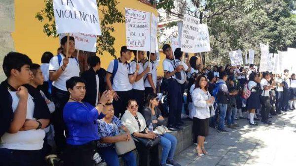 Marchan estudiantes de Oaxaca, a 24 años del asesinato de Nahum Carreño