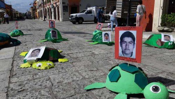 Normalistas de Oaxaca exigente justcia para los de Ayotzinapa