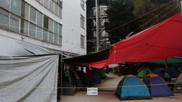 CNTE continúa plantón afuera del Senado de la República
