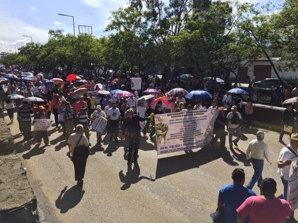 Marchan maestros para exigir atención digna en el ISSSTE