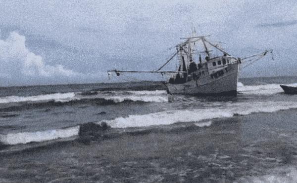 Encalla barco camaronero en Coatzacoalcos