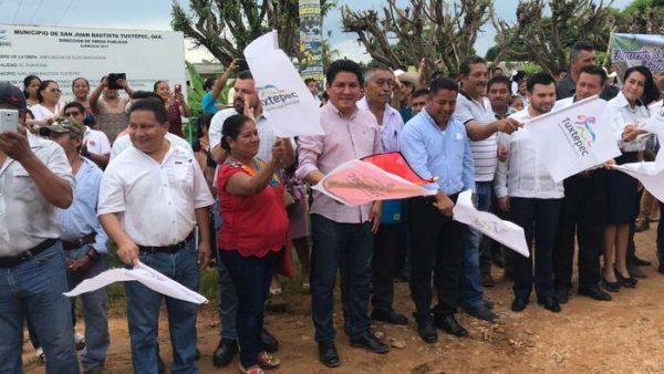 Arrancan pavimentación de camino al Porvenir en Tuxtepec, gestionado por Irineo Molina