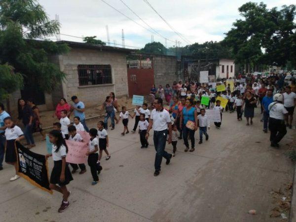 Marchan estudiantes en Juchitán