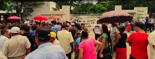 Se manifiestan en CFE de Juchitán
