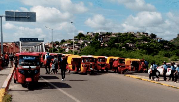 Se retiran moto taxistas que bloqueaban puente de fierro en Tehuantepec