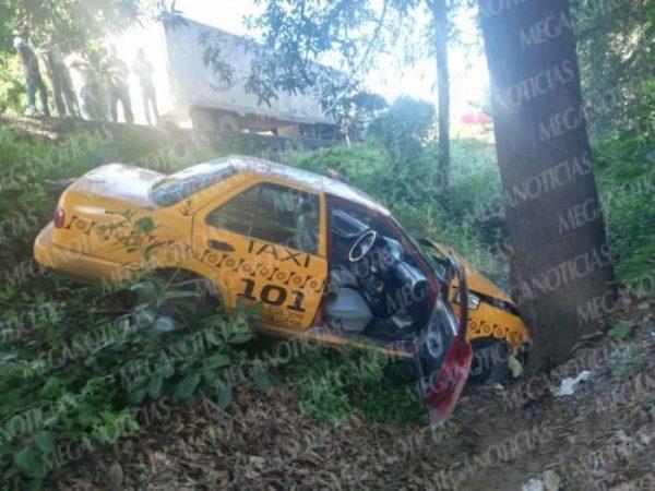 Taxista se fuga después de aparatoso choque