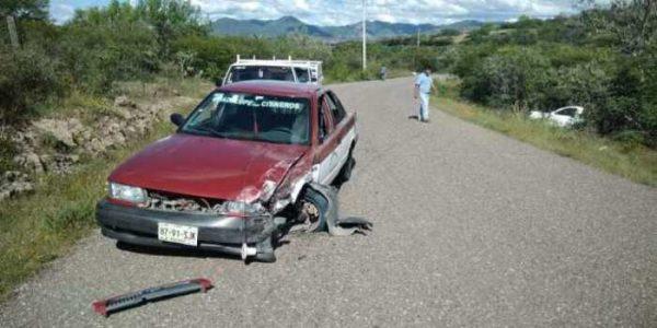 Accidente deja daños materiales en Tezoatlán