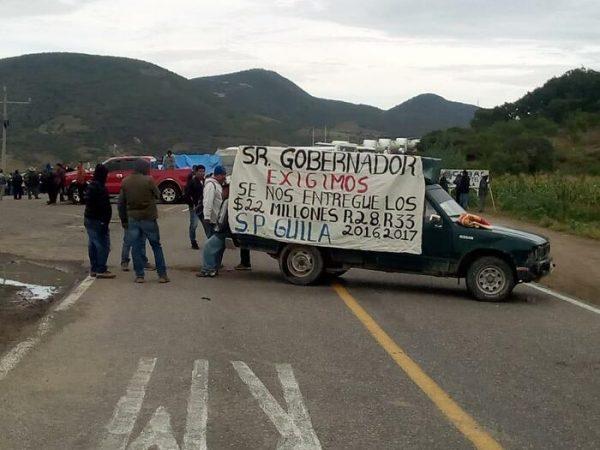 """Agente de Güilá bloqueó tramo carretero, sin importar la contingencia y damnificados que dejó """"Narda """""""