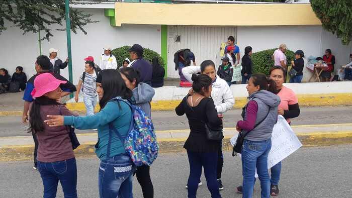 Con bloqueo, padres de familia de la escuela Benito Juárez exigen construcción de aulas