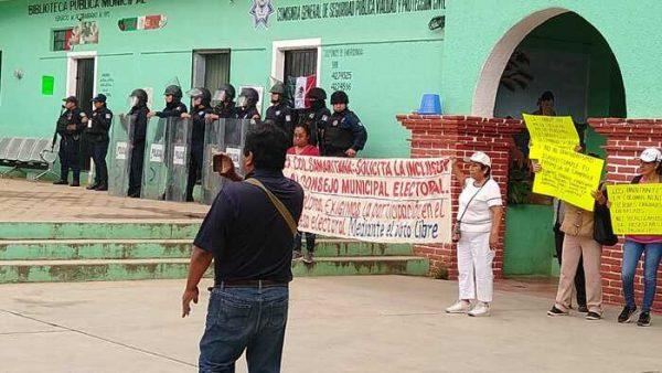 Marchan ciudadanos de las colonias de Atzompa para exigir inclusión en la próxima elección