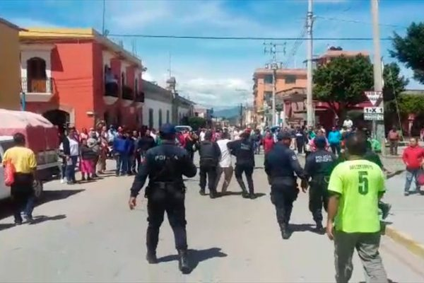Se confrontan a pedradas maestros y comerciantes en Tlacolula, por reubicación de escuela primaria