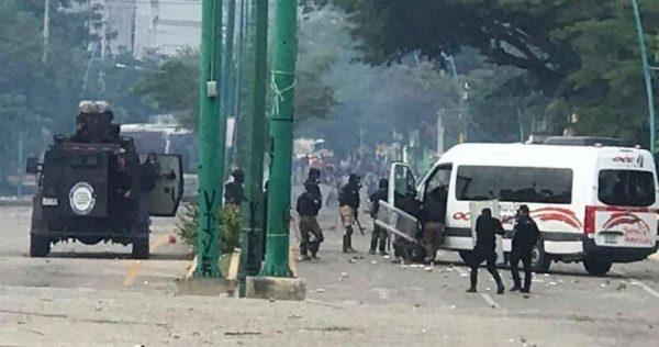 Policías y normalistas se enfrentan en Chiapas
