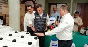 Murat entrega insumos para combatir dengue, trabajadores lo critican