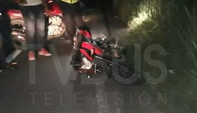 Derrapa en su motocicleta por pavimento en malas condiciones