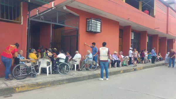 Ante insensibilidad de autoridades, mandan a ancianitos y discapacitados a subir escaleras para poder cobrar apoyo federal
