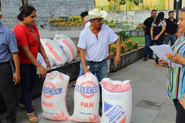 Entrega edil apoyo a los panaderos de Chiltepec