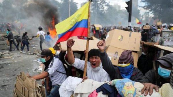 Indígenas comienzan a limpiar calles de Quito tras violenta protesta