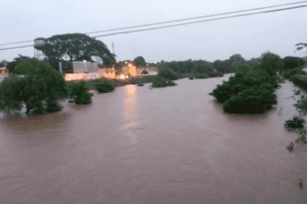 En riesgo de desbordamiento río en Juchitán