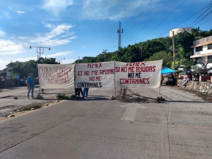 Terminal marítima bloqueada por salineros en Salina Cruz