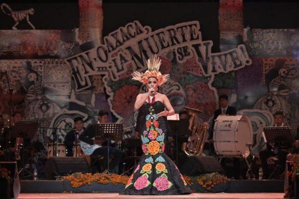 Enamora Alejandra Robles con concierto en Plaza de la Danza para celebrar a la muerte