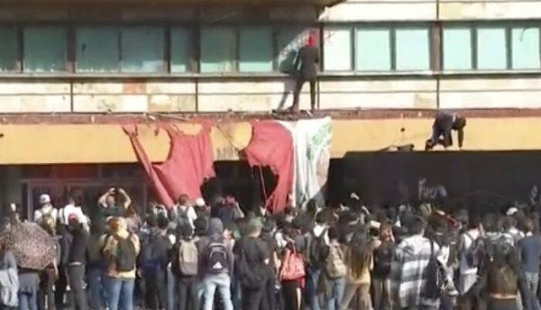 Encapuchados prenden fuego y vandalizan Rectoría en UNAM