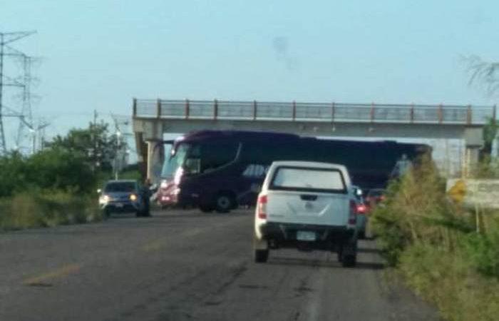 Bloquean carreteras en el Istmo