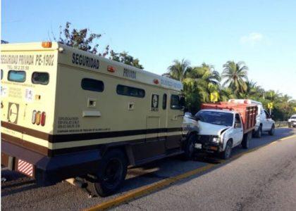 Accidente múltiple en Tututepec deja daños materiales
