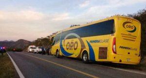 Choca autobús con camioneta en la Mixteca