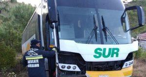 Autobús se sale de la carretera en la Mixteca