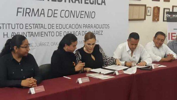 Firma de convenio entre IEEA y municipio de Oaxaca de Juárez