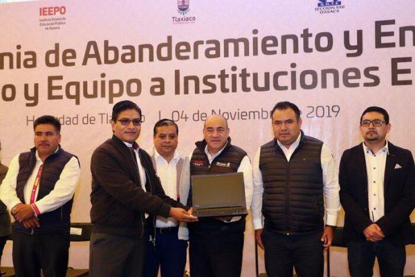 Entrega IEEPO mobiliario y equipo por 4 mdp a 117 escuelas de la Mixteca