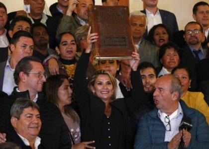 Senadora opositora Jeanine Áñez se declara presidenta interina de Bolivia
