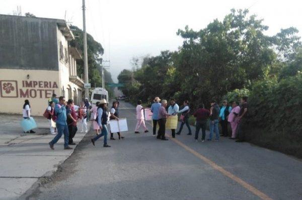 Sindicalizados bloquean carretera en Putla