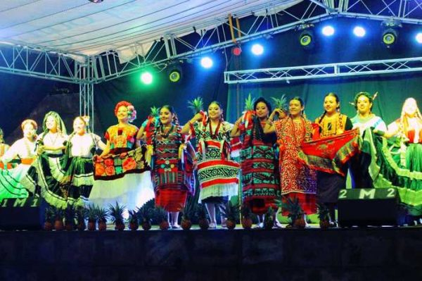 Majestuosa presentación de la Guelaguetza en Chiltepec por día de muertos