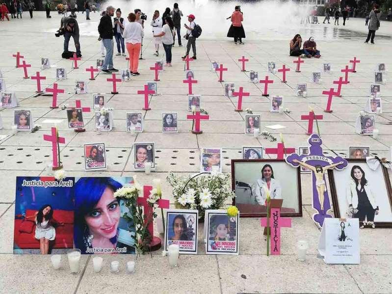 Colocan altar por feminicidios en el Monumento a la Revolución