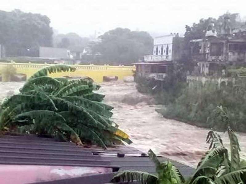 Incomunica localidades de Veracruz el desborde de río