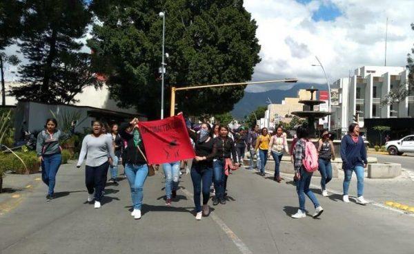 Marchan normalistas de Oaxaca, en respaldo a sus compañeros de Chiapas