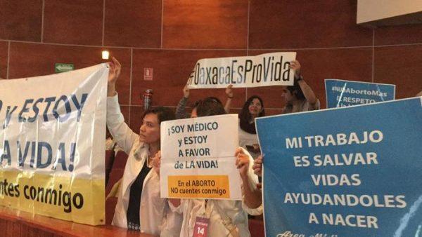 Médicos se amparan contra el aborto, se manifiestan en el congreso