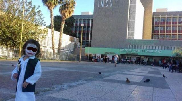 """Niña se hace viral por recrear escena de """"joker"""" en clínica del IMSS"""
