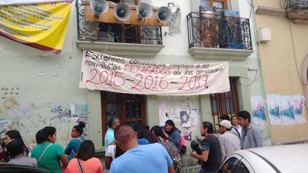 Normalistas bloquean edificio de la Sección 22, exigen 300 plazas automáticas