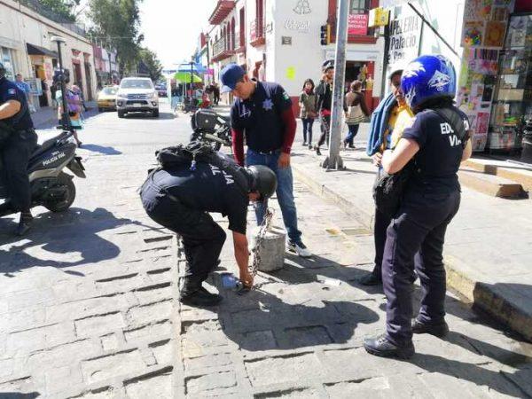 Limpian centro histórico de Oaxaca; quitan apartados para estacionamiento